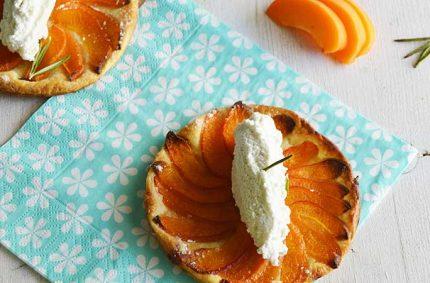 Tartelettes aux abricots, romarin et mousse de Selles-Sur-Cher